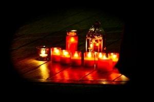 Kerzen zum Gedenken an die Opfer der Naturkatastrophe in Japan 2011